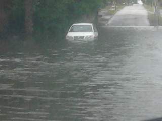 great_flooded_car_20110331121118_JPG