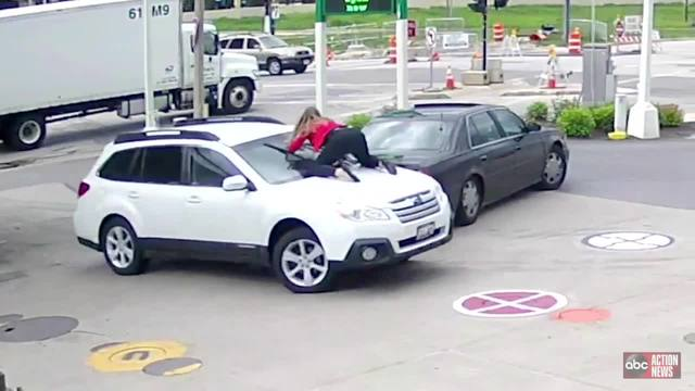 Milwaukee woman jumps on top of her car to stop thieves