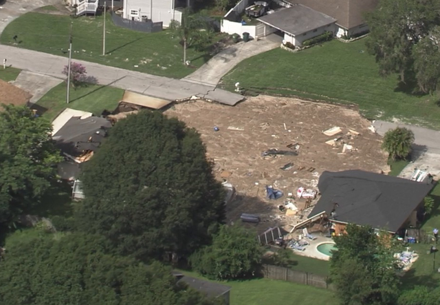 200-foot hole swallows 2 homes in Florida neighborhood