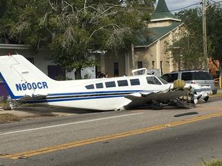Small plane crashes onto Florida street, 5 hurt