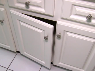 How to replace hinges on kitchen cabinets