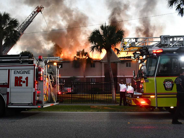 Good Samaritan kicks in doors saves residents as T&a apartment complex goes up in flames & Good Samaritan kicks in doors saves residents as Tampa apartment ...
