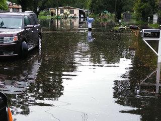 Rain causing flood waters to rise in Lakeland